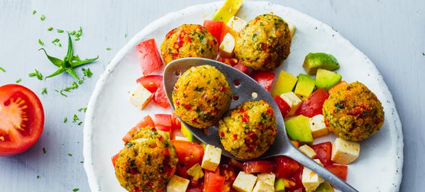 Clean Eating-Rezept: Hirsefalafel mit Tomatensalat