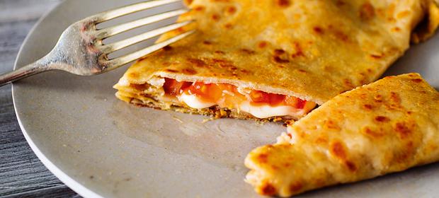 Rezept für einen gesunden Darm: Buchweizencrêpes mit Tomaten-Käse-Füllung