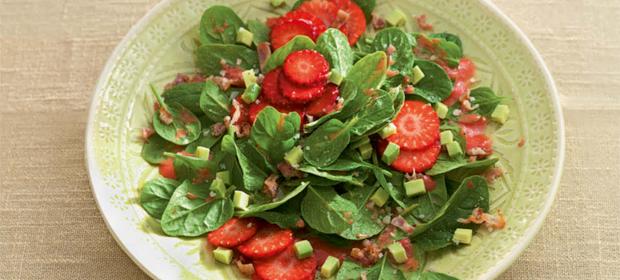 Glutenfrei kochen: Rezept für Spinatsalat mit Erdbeeren, Speck und Avocado