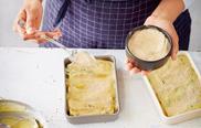 Vegane Semmelbrösel über die Cannelloni verteilen.