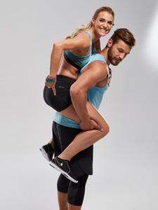 Anna Kraft und Erik Jäger zeigen Übungen für den Knack-Po.