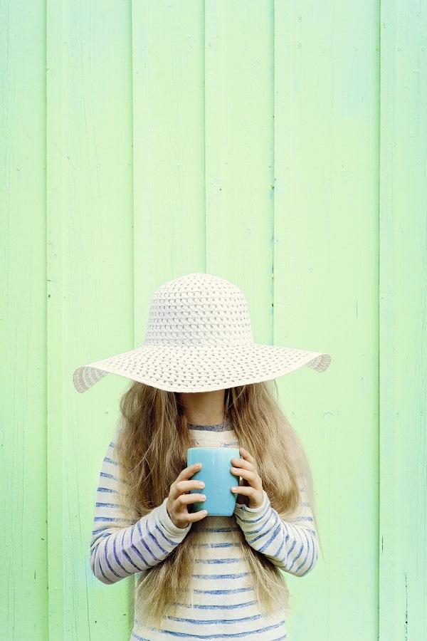 Mädchen mit Tee und Hut