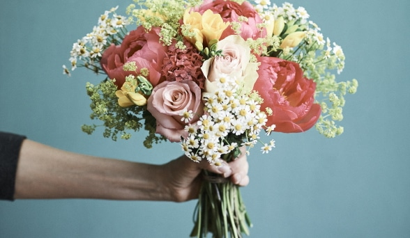Hand hält Blumen