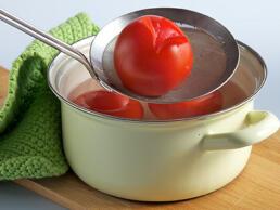 Tomaten in kochendes Wasser legen