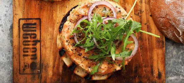 Grillrezept: Lachs-Burger vom Zedernholzbrett
