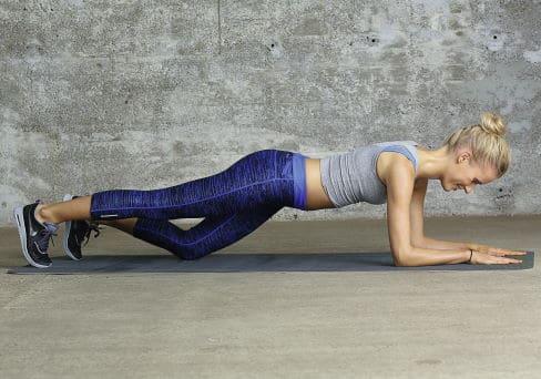 Frau macht Fitnessübungen: Planke