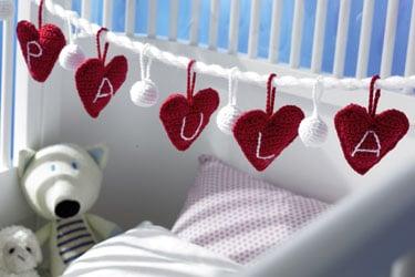 Babybett mit roten Herzen verziert