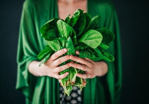 Frau hält Salat