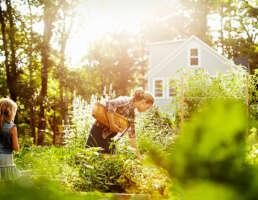 Frau und Kind im Garten