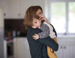 Frau mit Kleinkind auf dem Arm