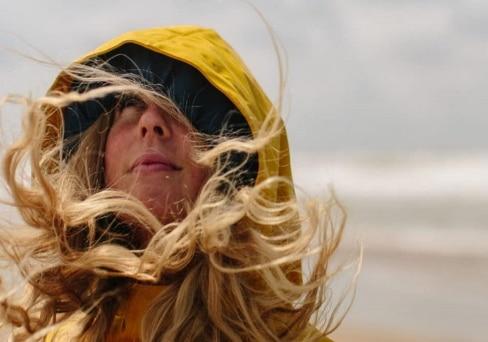Haare im Wind von junger Frau