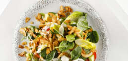 Salat mit Avocado und Kokosbacon
