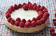 Erdbeerkuchen backen: Erdbeeren auf den Biskuitboden legen