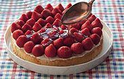 Erdbeerkuchen backen: Tortenguss auf Erdbeeren verteilen