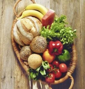 Korb mit Gemüse, Obst und Brot