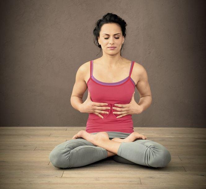 Frau im Yogasitz