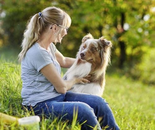 Frau und Hund Spaziergang