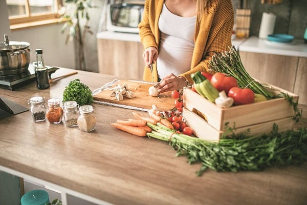 Schwangere beim Kochen