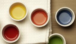 Verschiedene Farben in Töpfen