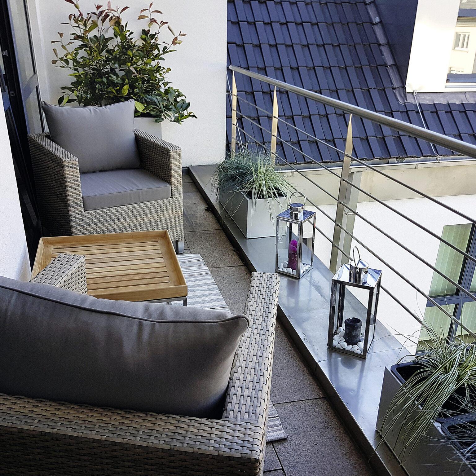 Balkon mit zwei Korbstühlen