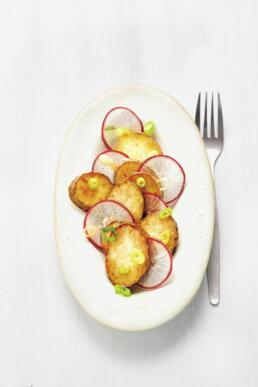 Lauwarmer Bratkartoffelsalat mit rotem Rettich