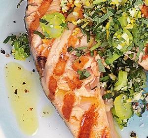 Gegrillter Fisch mit Kräutern