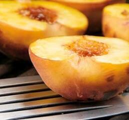Halbierte Pfirsiche auf dem Grill