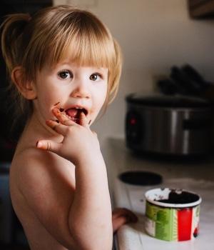 Mädchen isst