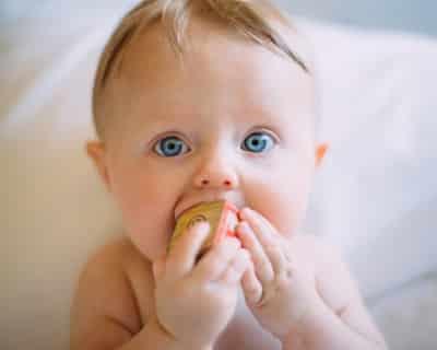 Baby kaut auf Würfel