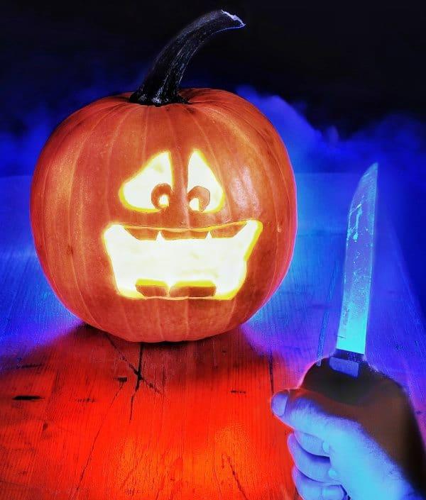 Halloween-Kürbis mit Messer