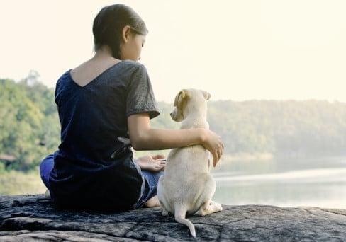 Frau mit Welpe am See