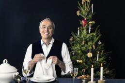 Rach am Tisch mit Weihnachtsbaum