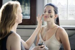 Frauen testen Detox Maske