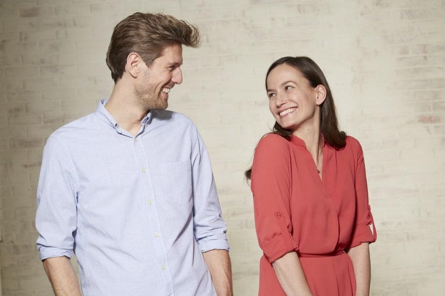 Frau und Mann lachen sich an