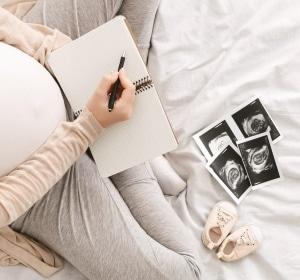 Schwangere macht Notizen
