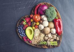 Herzbrett mit gesunden Lebensmitteln
