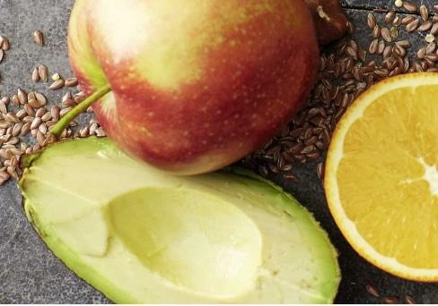 Frühstück mit Apfel Orange und Avocado