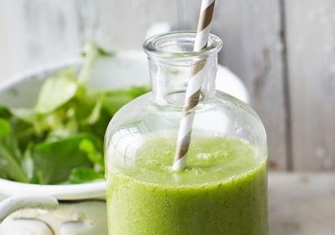 Grüner Feldsalat-Smoothie mit Matchatee, Mango und Ananas