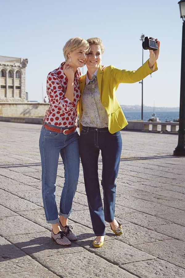 Zwei_junge_Frauen_machen_Selfie_vor_Gebaeude_in_Lissabon