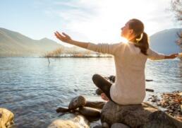 Frau macht Yoga in der Sonne