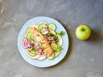 Low Carb_Lachs auf Gurken-Apfel-Salat
