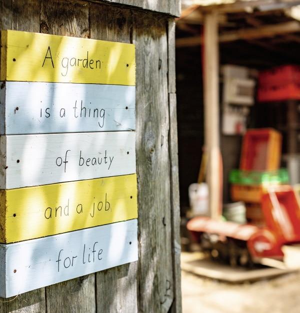 Schild an Holztür
