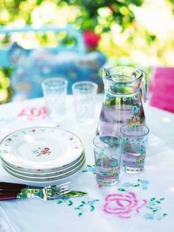 Still-Wasserkaraffe-Glaeser-und-Teller_still-Ostern
