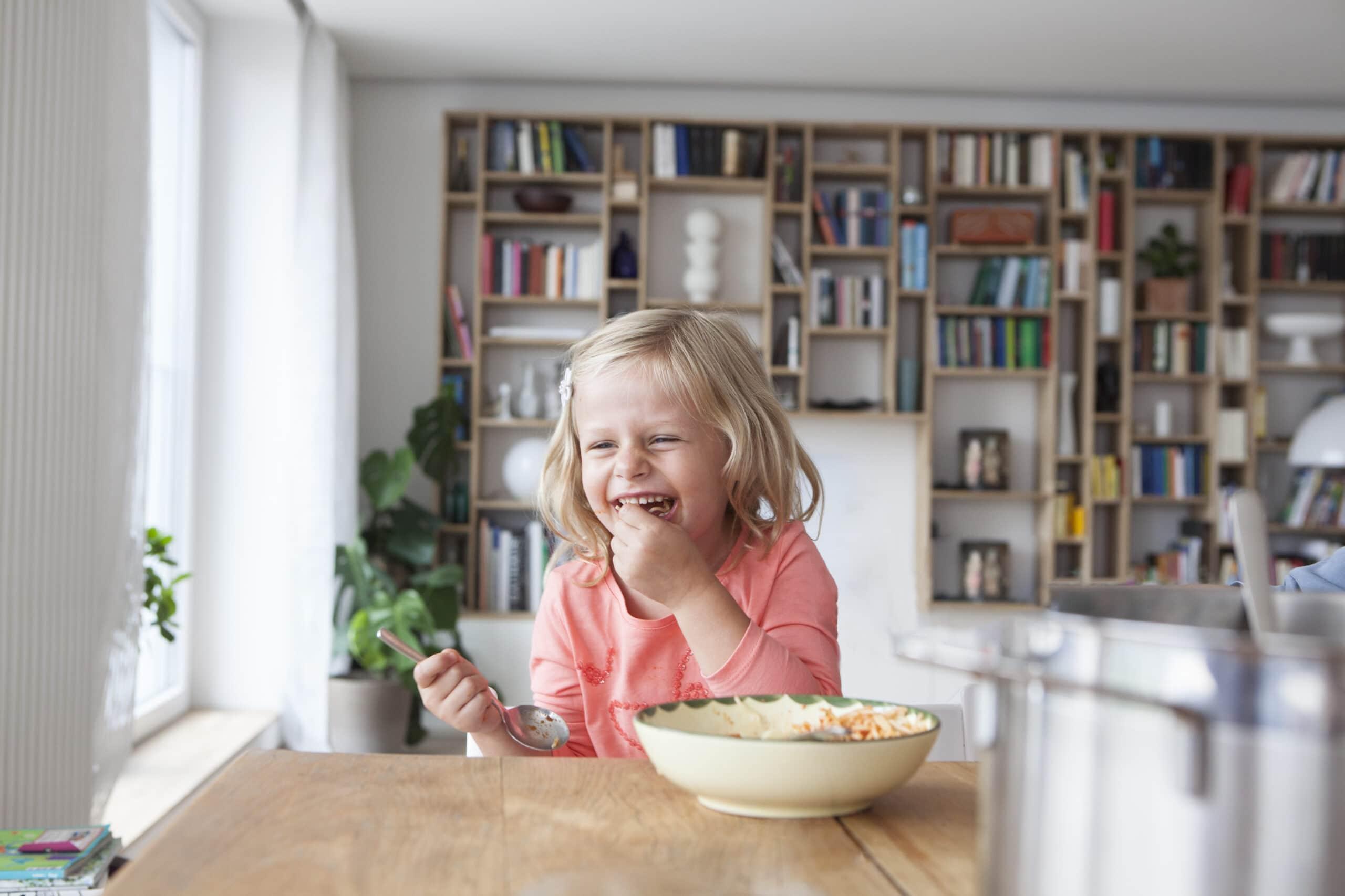 Kind isst Lieblingsgericht