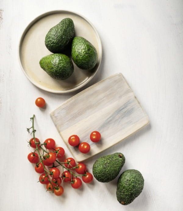 Avocado und Tomaten auf Teller