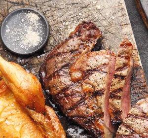 Gegrilltes Steak und Hähnchen