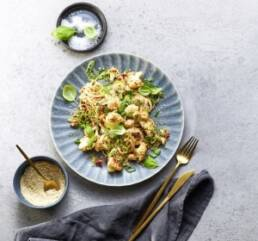 Teller mit Blumenkohlsalat