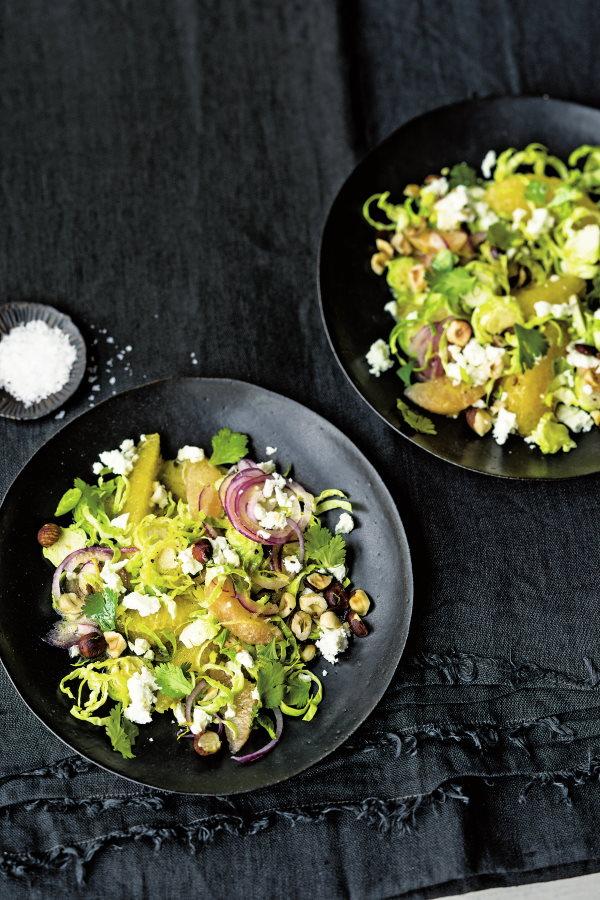 Zitrusfrischer-Rosenkohlsalat-mit-Nussdressing