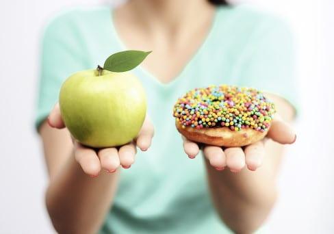 Frau mit Apfel und Donut