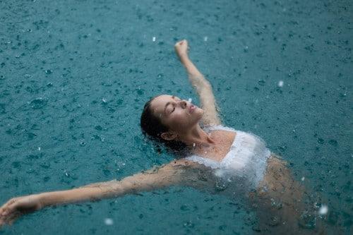 Frau-im-Regen-im-Pool